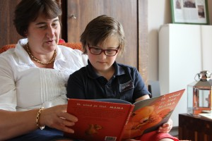 7. Cor leest zijn moeder Mieke voor